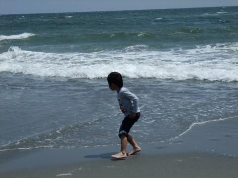 海で遊ぶ子供画像