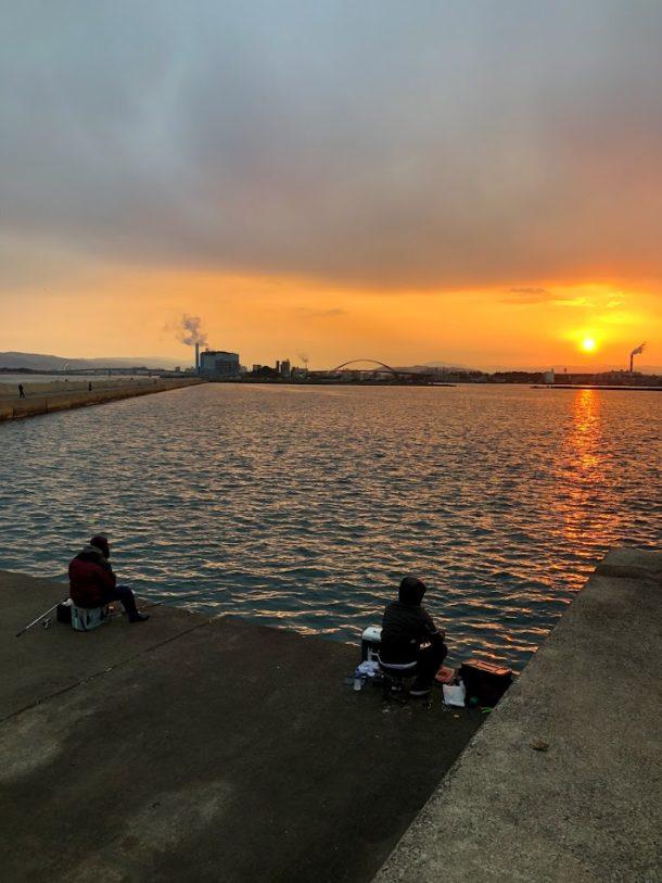 青岸に昇る朝日