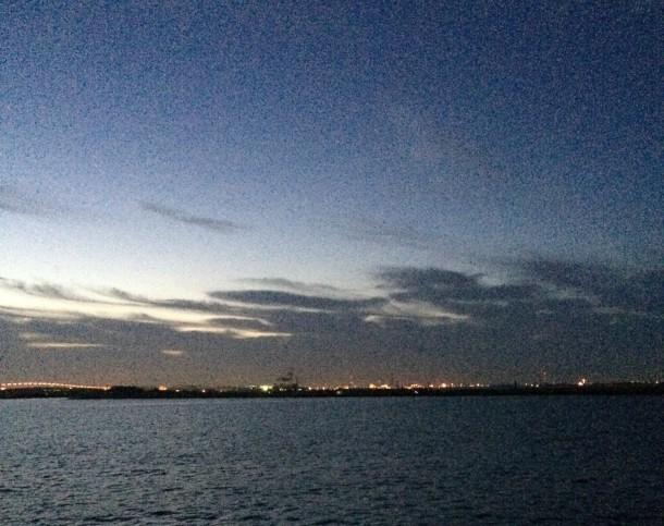 夜明け前の港