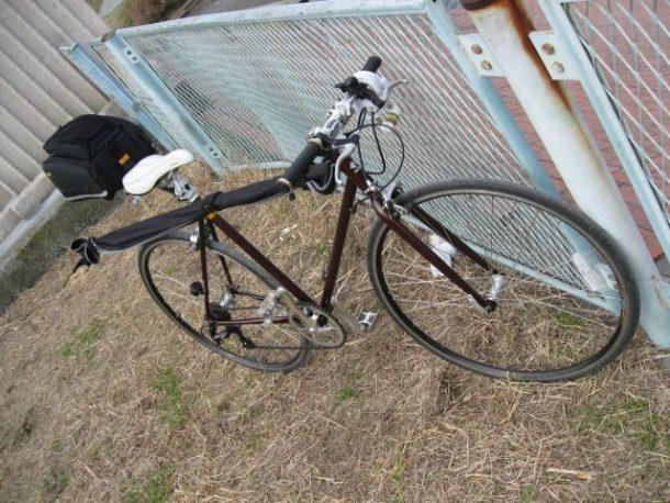 クロスバイクに釣り道具を積み込んだ写真