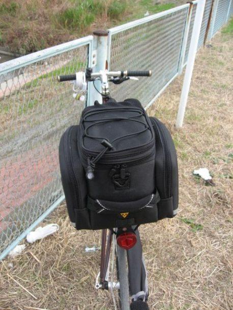 クロスバイクに荷台を取り付け後ろから見た写真